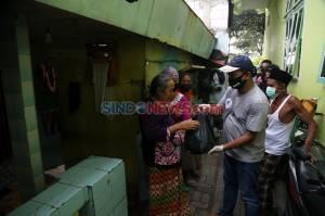 SLC Bagikan Paket Sembako di Kampung Nelayan Surabaya