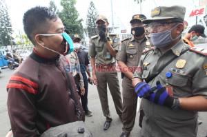 Terjaring Razia PSBB di Jatinegara, Warga Disuruh Push Up dan Bersihkan Jalan