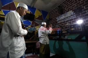 Keluarga Ini Manfaatkan Warkop untuk Ibadah Salat Tarawih