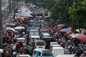 Abaikan PSBB, Pasar Kebayoran Lama Disesaki Warga dan Kendaraan