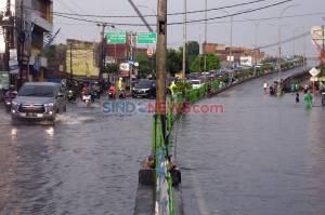 Drainase Buruk, Jalan Arif Rahman Hakim Depok Terendam Banjir