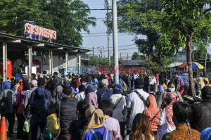 Ratusan Calon Penumpang KRL Antre di Stasiun Bekasi