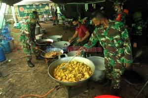 Dapur Umum Kodim 0503/JB Sediakan 300 Nasi Box Untuk Warga Terdampak Covid-19