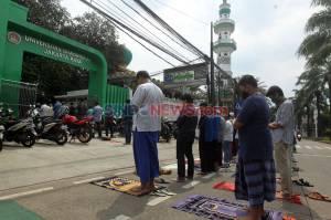 Kembali Dibuka, Saf Salat Jumat di Masjid Jami Nurul Jannah Ragunan Luber ke Jalan