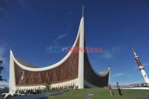 Masuk Masa Transisi, Warga Berwisata di Masjid Raya Sumatera Barat