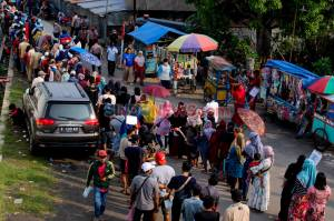 Ratusan Warga Jayanti Tangerang Antre Bantuan Sosial Tunai