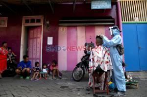 Pandemi Corona Sulap Suyadi Jadi Tukang Cukur Keliling