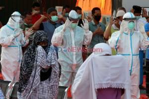 Pasien Covid-19 dan Tenaga Medis Laksanakan Salat Idul Adha 1441 H di RS Darurat Lapangan