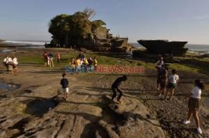 Dibuka Kembali, Wisatawan Domestik Kunjungi Tanah Lot Bali