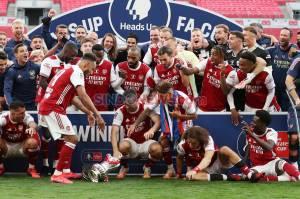 Cetak Dua Gol, Aubameyang Jatuhkan Trofi Piala FA Saat Perayaan Juara