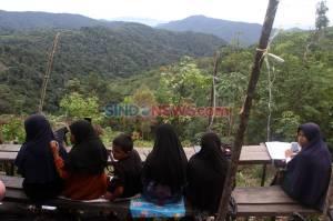 Siswa di Solok Harus Menempuh Jarak 10 Kilometer untuk Belajar Online