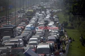 Begini Aktivitas Wisatawan Saat Terjebak Buka Tutup di Jalur Puncak Bogor