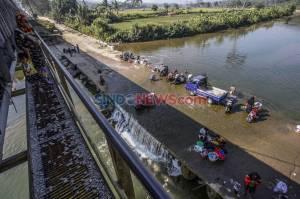 Dampak Musim Kemarau, Warga Mencuci Pakaian di Aliran Sungai Cileungsi