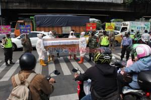 Bawa Peti Mati, Petugas Gabungan Kecamatan Cilandak Lanjutkan Sosialisasi Kewaspadaan Covid-19