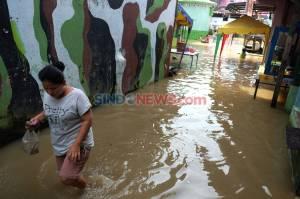 Pemukiman Warga Aur Terendam Banjir Akibat Meluapnya Sungai Deli