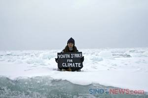 Aktivis Remaja Unjuk Rasa Seorang Diri di Atas Bongkahan Es Kutup Utara