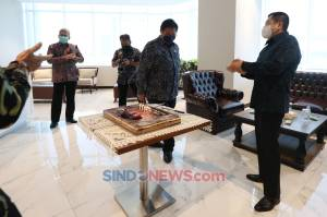 Airlangga Hartarto Dapat Kejutan Kue Ulang Tahun di Penjurian Indonesia Awards 2020