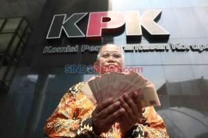MAKI Serahkan Uang 100.000 Dollar Singapura ke KPK Diduga dari Orang Djoko Tjandra