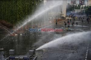 Terlibat Bentrok, Polisi Gunakan Water Canon Halau Mahasiswa Makassar
