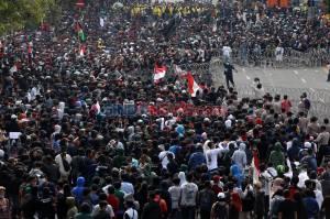 Tolak Omnibus Law, Ribuan Massa Geruduk Grahadi Surabaya