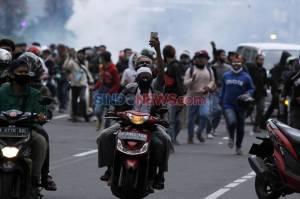 Polisi Bubarkan Paksa Massa Aksi Tanpa Atribut di Patung Kuda