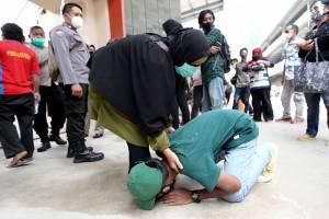 Isak Tangis Orang Tua Warnai Penjemputan Massa Aksi yang Diamankan Polisi