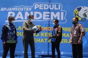 BPJamsostek Serahkan Helm Ber-SNI untuk Peserta Aktif di Madura