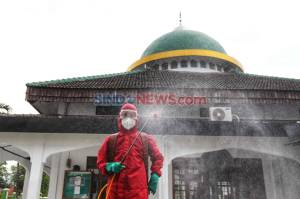 Cegah Penularan Covid-19, Petugas Damkar Disinfeksi Masjid Al Furqon Pejaten