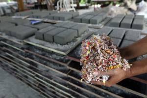 Melihat Produksi Paving Block Berbahan Sampah Plastik