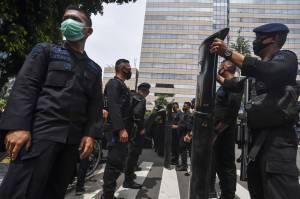 Personel Sat Brimob Polri Bersiap Amankan Aksi Unjuk Rasa di Kedubes Prancis