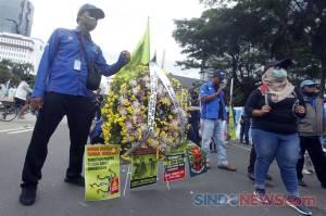 Massa Buruh Kembali Gelar Aksi Tolak UU Omnibus Law di Patung Kuda