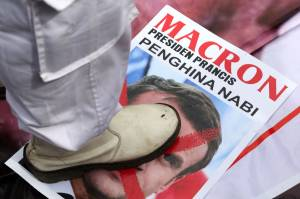 Presiden Prancis Emmnuel Macron Dapat Stempel Alas Kaki dari Umat Islam di Surabaya