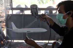 Setelah Enam Bulan Tutup, Bengkel Miniatur Pesawat Abas Suwarno Kembali Berproduksi