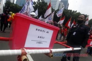Pakai Tandu, KSBSI Serahkan Bukti Judicial Review UU Cipta Kerja ke MK