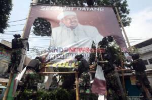 Perintah Pangdam Jaya, Anggota TNI Copot Baliho Habib Rizieq Shihab di Petamburan