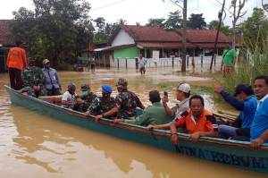 Lanal Cilacap Berikan Bantuan kepada Korban Banjir di Gandrungmangu dan Sidareja