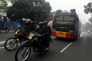 Dikawal Polisi Bersenjata, Mobil Water Canon Semprotkan Disinfektan di Petamburan