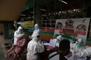 Putus Mata Rantai Covid-19, Pedagang dan Pengunjung Pasar Wonokromo Ikuti Tes Usap Gratis