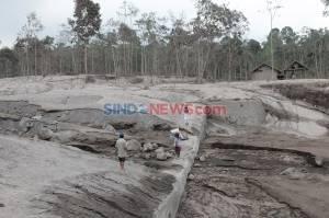 Masih Hangat dan Mengeluarkan Asap, Warga Nekat Melintasi Material Vulkanik Gunung Semeru