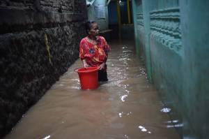 Banjir Rendam Permukiman di Kampung Melayu