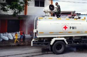 Mobil Gunner Spray Semprotkan Disinfektan di Jalanan Kota Makassar