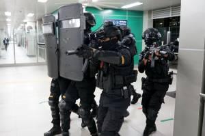 Brimob Polri Gelar Simulasi Penanganan Serangan Teroris di Stasiun MRT Lebak Bulus