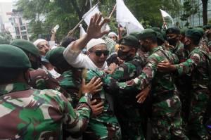Polisi dan TNI Bubarkan Paksa Aksi 1812