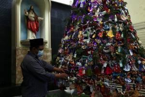 Menjaga Toleransi, Warga Muslim Hias Pohon Natal dari Ribuan Masker dan Hand Sanitizer
