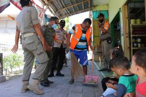 Petugas Gabungan Gelar Razia Masker di Pulau Pramuka