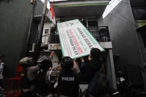 Resmi Dibubarkan Pemerintah, Polisi Bongkar Semua Atribut di Markas FPI