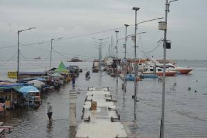 Banjir Rob Kembali Genangi Dermaga Pelabuhan Kali Adem