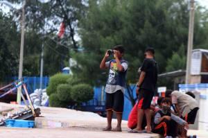 Warga Padati Pantai Pulo Lancang Saksikan Proses Pencarian Pesawat Sriwijaya Air SJ182