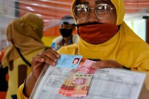 Puluhan Warga Cairkan BLT di Kantor Pos Parung Bogor