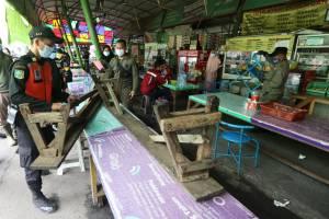 Razia Prokes PPKM, Petugas Gabungan Tertibkan Sentra PKL di Surabaya